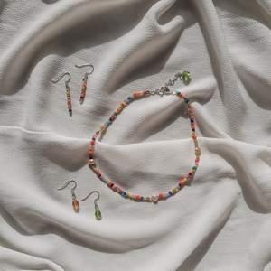 Hej, jag gör smycken och säljer på min Instagram @sagasboutique och jag har just släppt nya smycken. Ni får gärna gå in där och kolla in det jag säljer! Örhänge sätt kostar 35 kr och halsbandet kostar 40 kr