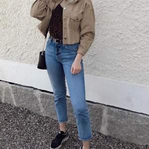 Säljer dessa snygga jeans från h&m då dom aldrig kommer till användning längre. Dom sitter ganska tight men ändå med en relaxed fit. Jag är 174 cm.