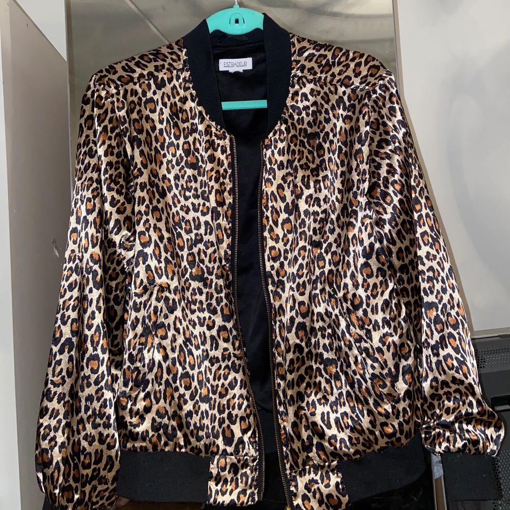 Säljer denna fina Leopard Tjocktröja, Slutsåld från Nelly! +frakt tillkommer💕. Tröjor & Koftor.