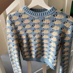 Säljer nu denna supersöta stickade tröjan från Zara i storlek S då den inte kommit till användning<3 Knappt använd, alltså i bra skick! Buda i kommentarerna!