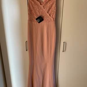 En jätte fin balklänning från Nelly i en rosa färg. Storleken är 36. Passar perfekt till bal. Säljer pågrund av hittade en annan till min bal. Köparen står för frakten. Dragkedjan går bara dit som ni ser på bilden på grund av att den gick sönder och jag behövde sy men den funkar annars jätte bra.