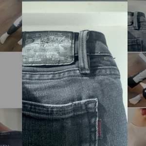 Säljer dessa jättefina lågmidjade, gråa bootcut crocker jeans! De är mer bootcut i verkligheten ( kom privat för fler bilder) jag är 165! Kom privat om du har några frågor!