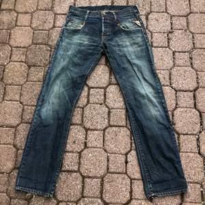 Ett par Replay-jeans i okej skick. De har en rak passform. Priset inkluderar inte frakten. Tar swish.