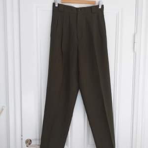 Vintage byxor med mycket hög midja, jättefint skick. Är lite ljusare än vad de är på bilden. Storlek 10.
