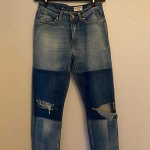 Måste tyvärr sälja dessa trendiga patchwork jeans från Tiger of Sweden eftersom storleken var för liten. Jeansen är midrise och sitter thight runt lår och rumpa men löst neråt.