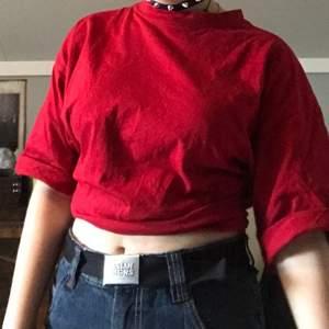 Snygg röd croppad tshirt i storlek medium, i mycket bra skick🥰 köper står för frakt