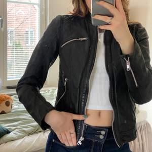 En svart cool skinnjacka från märket rockandblue. Nypris på jackan är ca 2500kr och fortfarande väldigt bra skicka. Vanligtvis bär jag storlek S/36 :)! (frakt tillkommer på 66kr)
