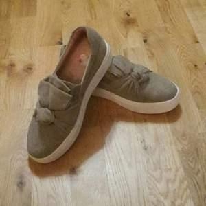 Gröna skor fran Dasia aldrig använda  nya kostar 1000 kr