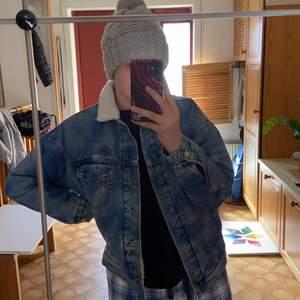 En cool jeans jacka med blåa detaljer, säljer då den inte kommer till användning, köparen står för frakt 🥰❤️ den är även over size