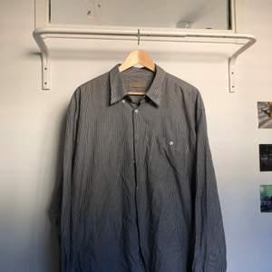 Vit och grå randig långärmad skjorta i storlek XXL, men skulle tro att den passar bättre som large. Kan mötas upp i sthlm eller frakta. Kunden betalar för frakten💕