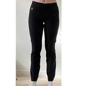 Kostymliknande raka byxor från Laurie i stretchigt tyg✨ Nypris cirka 900kr Säljs pga. att de inte kommer till användning  Köparen står för frakten! Strl. XS men skulle säga att de passar en M också pga. det stretchiga tyget!!