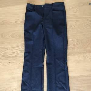 Skit snygga blåa kostymbyxor från mango, säljer pga för små, storleken är 36 men skulle säga att dem är 34. Jag är 165 cm lång och byxorna går upp till naveln och är väldigt långa i benen. Ordinarie pris: 599kr Nypris: 300
