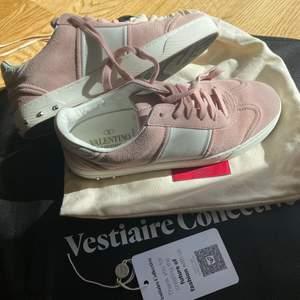 Ljusrosa valentino skor i väldigt bra skick!!! Så fina nu till sommaren och våren💕 storlek 39. äkthetsbevis från vestiaire collective