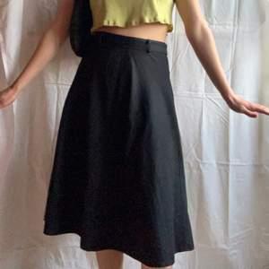 Så snygg vintage kjol!😍 knappt använd och så himla skön. Dm för midjemåttet osv🌸