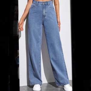 Blåa jeans från SHEIN. Strl S/36. Passar mig som är 169, men lite korta, beror på hur man vill att de ska sitta. Helt oanvända. 90kr+frakt. Skriv privat vid intresse och för fler bilder💕 (om fler vill köpa blir det den som betalar mest, ev den första som ville köpa)