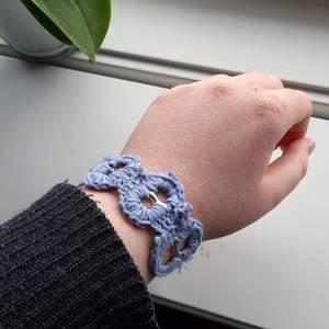 Justerbart armband, gjort från återanvända kapysler och ullgarn.