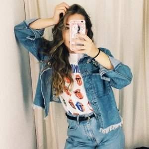 Blommigt broderad jeans jacka från H&Ms coachella collection köpt några år sedan. Fint skick. Dm för fler bilder&frågor. Priset går att diskutera💙🌼🧿