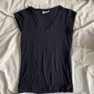 Svart T-shirt med snygg urringning!