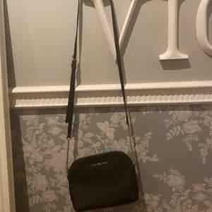 väldigt stilren väska från Michael Korssom passar till allt!🖤✨ köpt för: 1500kr