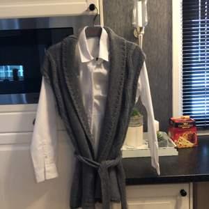 Helt ny aldrig använd i storlek M. Grå väst stickad med bälte. Om man vill ha skjortan kostar den 800 ny pris. Frakt tillkommer