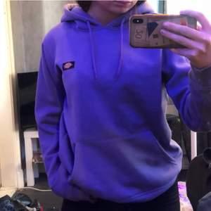 En super snygg dickies hoodie köpt på carlings 💕💕 väldigt bra skick 💕💕 storlek xs har vanligtvis s