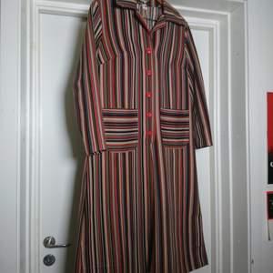 Så fin äldre klänning i toppskick! Rejält och mjukt material. Ingen storleksmärkning men motsvarar en L🌹