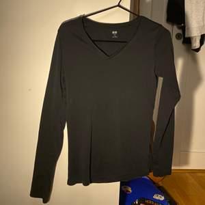 Svart, tight, v-ringad & långärmad tshirt från Uniqlo. Storlek M. Bra kvalitet, knappt använd! Passar bra att ha som den är eller ha en tshirt över:-) Köparen betalar för frakt.