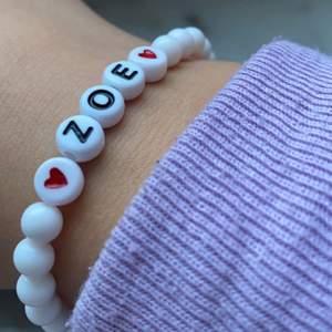 Ett jättegulligt armband som man får designa själv med svarta eller vita pärlor och så finns det lite olika färger på bokstavspärlorna (meddela om du vill ha bilder på pärlorna) perfekt present till alla hjärtans dag! Om du köper du så postar jag imorgon!❤️