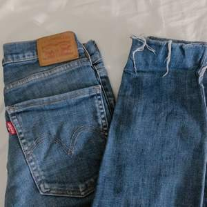 Väldigt fina jeans som tyvärr inte kommer till användning strl 27, knappt använda ❤️ skriv privat vid fler bilder