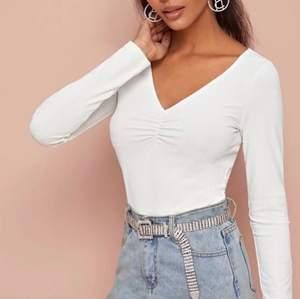 Supersöt vit tröja från SHEIN. Aldrig kommit till användning. Jag köpte den för 100kr.  Mitt pris: 60kr + Frakt 💓 ( lånade bilder)