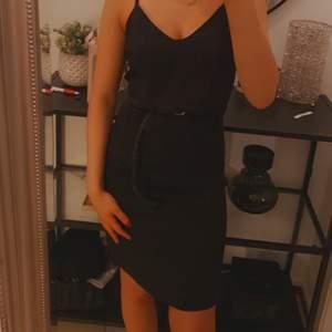 Klänning köpt från Asos. Enkel svart knälång klänning, jättesnygg att dra upp med skärp i midjan. Strl 36