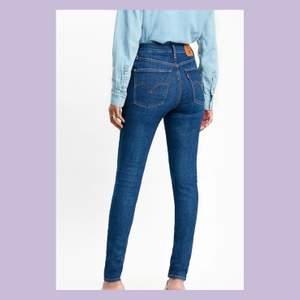 """Levis jeans i modellen """"MILE HIGH SUPER SKINNY"""" i storlek W:26 L:30💓 använda ett fåtal gånger, fortfarande i jättefint skick. 🥰köptes för 1199kr, säljes för 300kr+frakt🚚"""