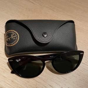 Slutsålda snygga cateye solglasögon från Ray ban, modellen Nina i färgen svart. Endast använda 2 gånger. Köpta på asos för 1847kr säljes för 1000kr. Pm vid intresse🥰