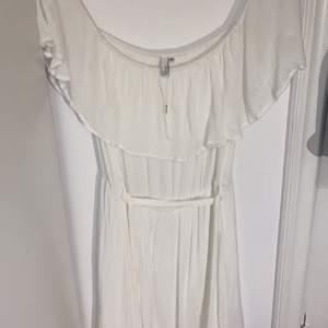 Vit fin klänning från nelly.com. Endast andvändt en gång vid en skolavslutning. Super fin och passar till alla sorters tillfällen. Storlek 40 alltså ungefär M/ l men går att spänna med snören runt midjan om man vill ha de tightare. Pris kan diskuteras