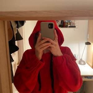 Röd Croppad hoodie i röd färg och supermysigt material. Priset är förhandlingsbart😊, skriv om du har några frågor eller vill se fler bilder, betalas via swish!