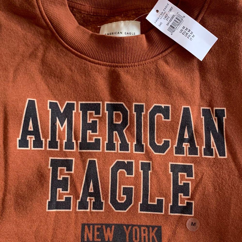 Säljer min HELT NYA american eagle sweatshirt. Fick i julklapp men använder inte tyvärr ❤️ Kolla gärna in mina andra annonser 🥰 Lägger upp igen pga oseriösa köpare. Huvtröjor & Träningströjor.