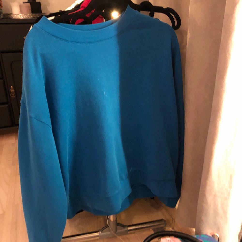 Blå sweatshirt från weekday, använd sparsamt. Tröjor & Koftor.
