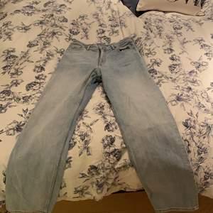 Ett par jeans från monki med rak modell. Byxorna är näst intill oanvända där av i väldigt bra skick! Köparen står för frakten, nypris för byxorna är 400kr.