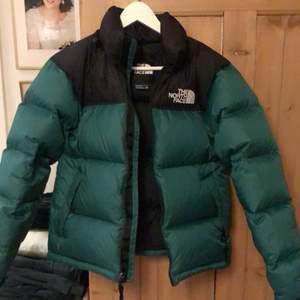 🐸🐸🐸🐸Skit snygg North face jacka i färgen grön xxs hre storlek, men mycket utrymme till en hoddi under jackan🐸🐸🐸🐸🐸                        Nyckick budning i konstaterbar eller privat!!