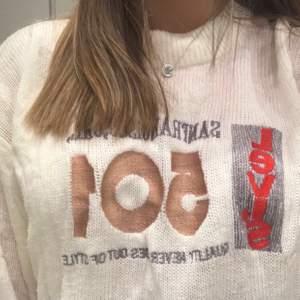 En skitsnygg oversized stickad levi's tröja. Jag köpte den för 749kr. Den är i strl XL men passar XS-XL beroende på hur man vill att den ska sitta. Jag har vikt upp den lite nedtill på bilden och jag har vanligtvis S-M på kläder💕 Skriv privat om du är intresserad✨✨(Priset kan diskuteras).