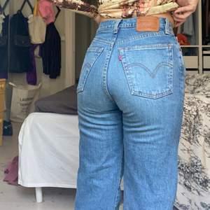 """Jeans köpta i Levis butiken i London för mindre än ett år. Köpta för ca 1200kr. Raka sköna högmidjade jeans sitter så snygg i storlek 25. Modellen heter """" ribcage straight! Storlek W25 L29 ! Många är intresserade det är först i kvarn 400kr :)"""