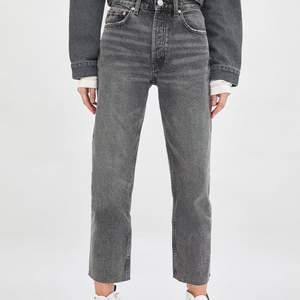 Säljer dessa snygga zara jeansen! Endast använda ett fåtal gånger och säljer då dem inte kommer till användning. Köpare står för frakten. Nypris 399kr😊
