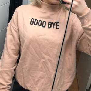 Säljer denna smutsrosa/ljusrosa tröja från pull&bear. Strl S.