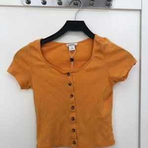 Använt 1 gång! Gillar inte korta tröjor så därflr säljer jag den! Den köptes förra sommaren på monki!🌸 Frakten ingår💫