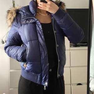 G-star Raw Whistler Woman Bomber Jacket för damer i storlek M, marinblå. Liten i storleken, mycket varm. Väldigt bra skick. Orginalpris ca. 1700 kr.  Säljer för 350 kr.