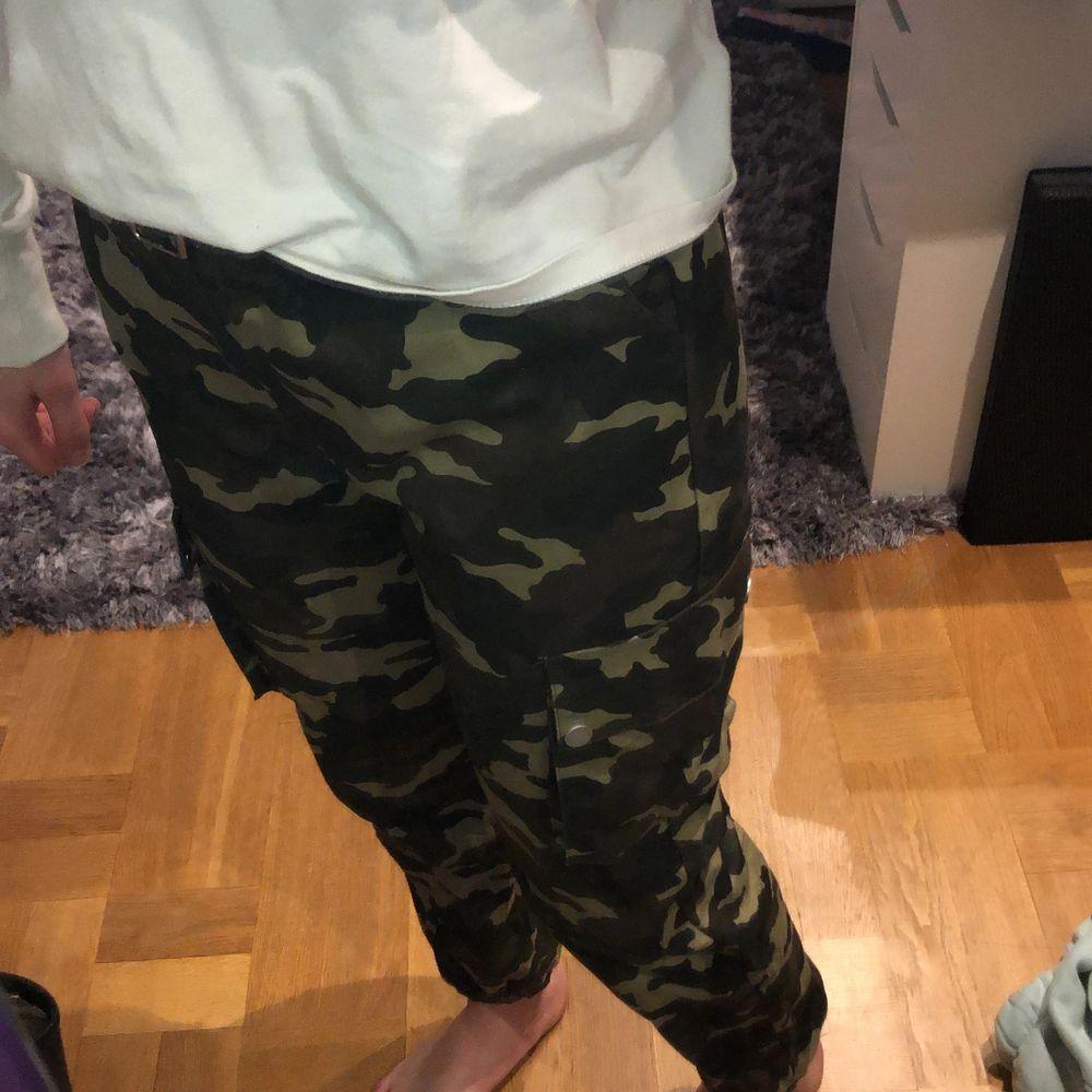Grön/bruna byxor från shein. Strl 160 vilket motsvarar ungefär XS. De är lite korta på mig som är ca 165 cm lång. Säljer pga att de inte är min stil. Bältet tillkommer och det är även snyggt till andra byxor/jeans, de säljs tillsammans💞 . Jeans & Byxor.