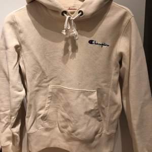 En Champion hoodie i en Peach färg.🧡💕 storleken är XS men skulle även passa en S. Nypris ca 800 (?). Pris kan diskuteras.😋🤪