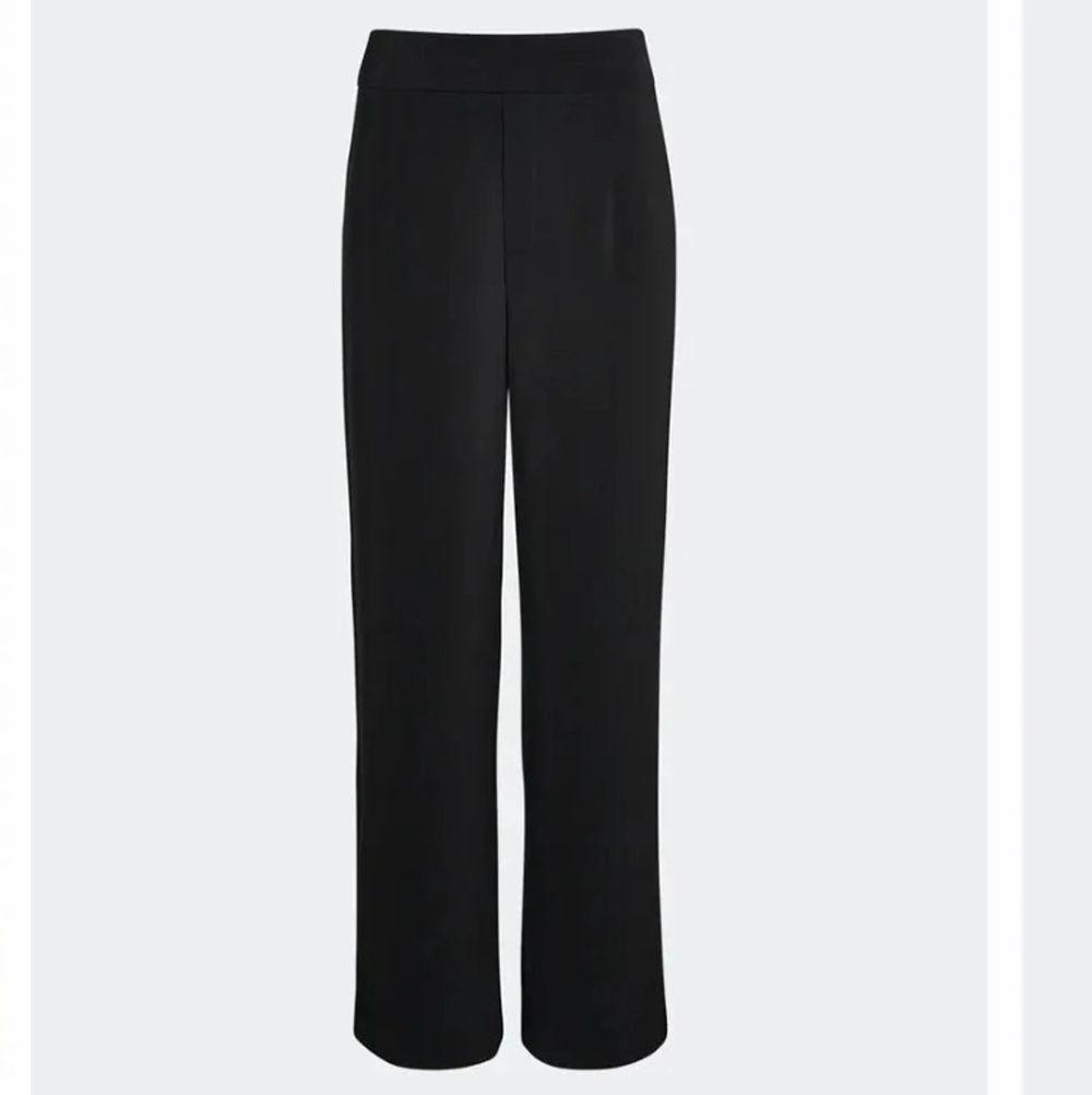 Super sköna och fina kostymbyxor från bikbok i färgen svart. Hör av er vid intresse💕 Frakt ingår i priset (45kr). Jeans & Byxor.