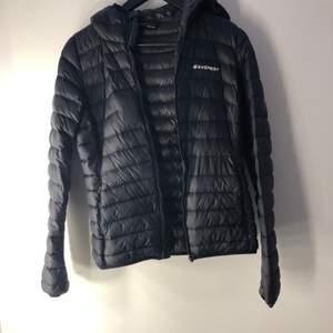 säljer min everest jacka för att jag inte använder den längre. enda felet på den är att dragkedjan e sönder men de går att fixa