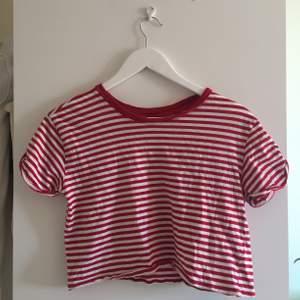 Rödrandig t-shirt. Croppad till passformen (inte klippt). Härlig till det mesta!